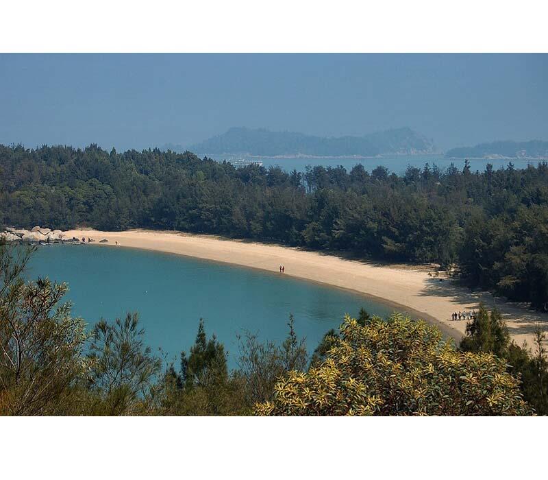 东门屿也叫塔屿,面积近1平方公里,是一个近似土字形的岛屿。她坐落在东山岛铜山古城东门外海面外,以其礁石奇异、洞泉甘醇、古迹众多而闻名于世,被列为福建省十大风景名胜区之一。470年来,东门屿与厦门鼓浪屿、温州江心屿、台湾兰屿并称中国四大名屿。